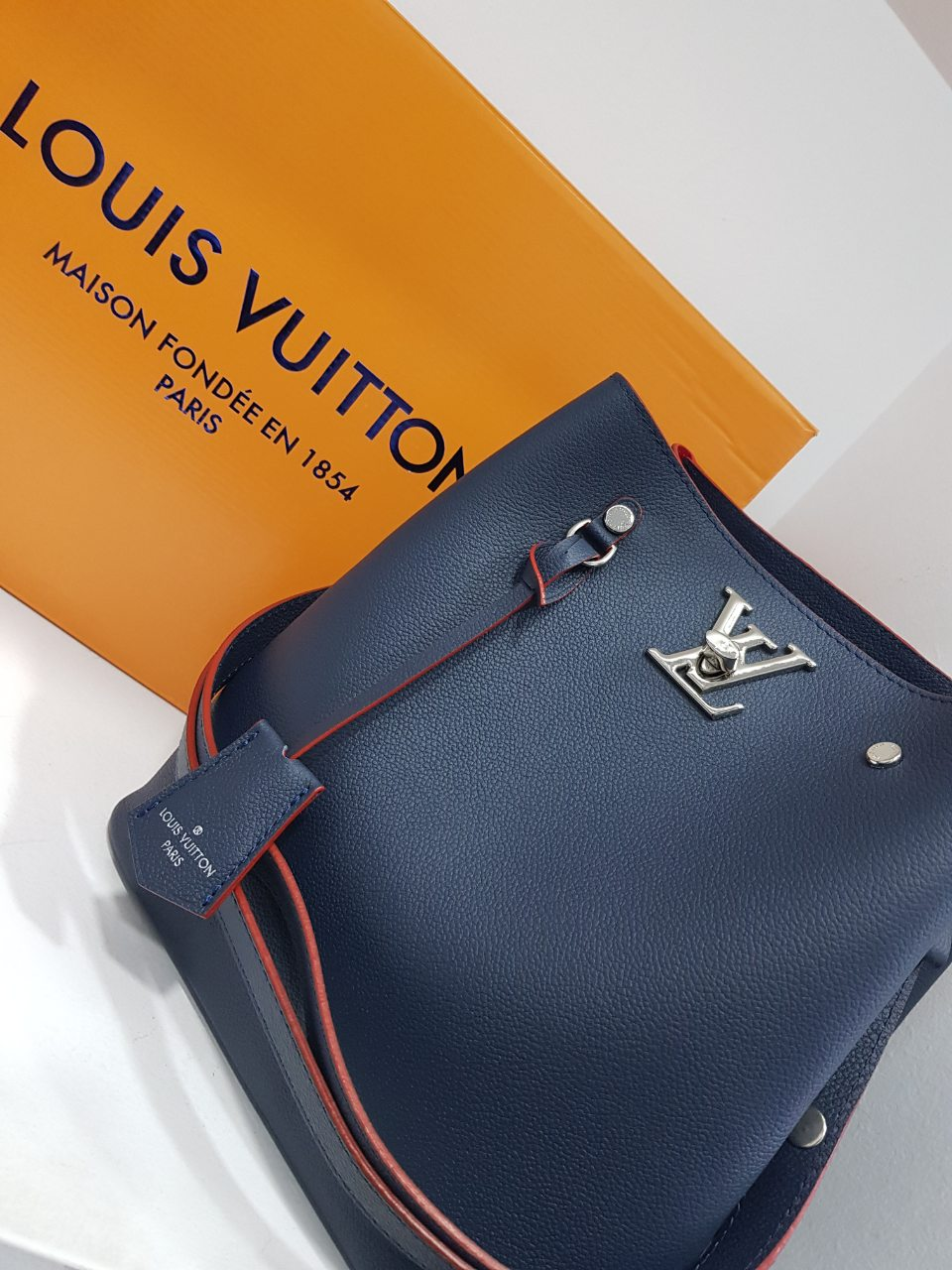 5534b3b3f8 ... Γυναικείες τσάντες   Louis Vuitton   LOUIS VUITTON LOCKME BUCKET BLUE.  prev